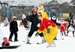 日本一早くオープンしたスキー場で初滑りを楽しむ人たち=静岡県裾野市の「スノータウンYeti(イエティ)」で2009年10月17日午前10時18分、三浦博之撮影<br>