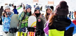 ツアーに参加した短大の同窓生ら=みなかみ町寺間、ノルン水上スキー場