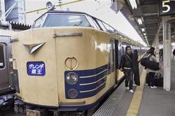 スキー客向けの季節列車としてJRに唯一残る「ゲレンデ蔵王号」=26日午前、JR山形駅