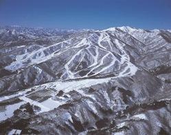 雪山にある数多くのスキー場