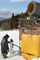 小5女児が衝突した給水栓を調べる郡上署員=12日午後4時、郡上市高鷲町、鷲ケ岳スキー場