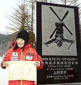 除幕された記念碑の前で笑顔を見せる上村選手