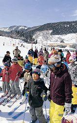 親子連れなどでにぎわうゲレンデ=富山市山田小谷の牛岳温泉スキー場