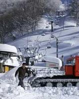大雪の中、年内オープンに向け、準備に追われるスイス村スキー場(京丹後市弥栄町野中)