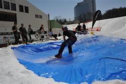 スノーボードで華麗に池を渡る参加者