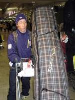 スノーボード世界選手権ハーフパイプを制し、凱旋帰国した青野令。バンクーバー五輪へ、完成度アップを誓う=成田空港