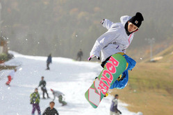 オープン初日にスノーボードを楽しむ来場者たち=佐賀市富士町の天山リゾートで2010年11月12日午前10時57分、和田大典撮影