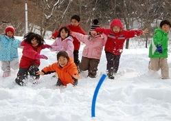 雪上ビーチフラッグに夢中の子どもたち