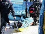 スノーボードHP女子予選2本目で転倒した今井メロは雪上車に引かれて運ばれる(撮影・田崎高広)