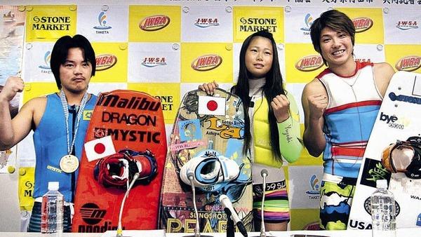 20年東京五輪の実施種目入りへ立候補したウエークボードで活躍する成田緑夢(右)(左から安井寿紀、棟安優月)