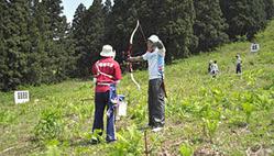 スキー場の斜面に設置された的を射る参加者=黒部市宇奈月温泉スキー場で