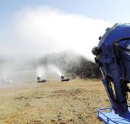 人工降雪機の試運転(茶臼山高原スキー場で)