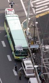 環状8号線で事故を起こした観光バスと乗用車=東京都練馬区で2008年1月22日午前9時25分、本社ヘリから竹内幹撮影(毎日新聞)