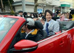笑顔で声援に応える平野歩夢選手=新潟県村上市で2014年3月2日、山本愛撮影