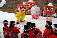 高島市内4スキー場のキャラクターが初滑りを披露。保育園児らと「冬山開き」を祝った(高島市今津町・箱館山スキー場)