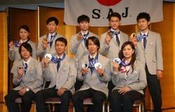 メダルを手に笑顔を見せる(前列左から)平野、渡部暁、葛西、竹内、(後列左から)小野塚、平岡、伊東、竹内、清水