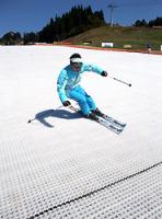 アルペンが開発した雪がなくてもスキーのできる特殊なマット=岐阜県郡上市のウイングヒルズ白鳥リゾートで2009年10月15日、宮島寛撮影