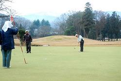12月にもかかわらず、多くのプレーヤーでにぎわう県内の各ゴルフ場=山形市・蔵王カントリークラブ