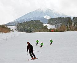 プレオープンで初滑りを楽しむスキーヤー=高山市高根町日和田、チャオ御岳スノーリゾート