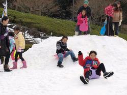 「花の国」に出現した「雪の国」で歓声を上げて遊ぶ子どもたち