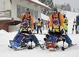 初スキーに挑戦するアジア各国からの障害を持った人たち(28日午前、新潟県・津南町で)