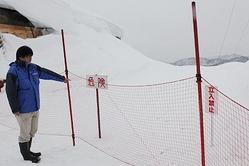 滑走禁止区域の危険性を訴える看板やネットが設置されたエリア=立山山麓スキー場