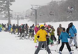 大勢のスキー客でにぎわう「だいせんホワイトリゾート」=昨年12月