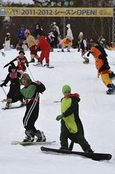 スキー場がオープンし、仮装姿で滑るスノーボーダーやスキーヤー(21日午前、静岡県裾野市で)=佐々木紀明撮影