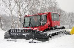 阿仁スキー場が導入した20人乗りの圧雪車=同スキー場提供