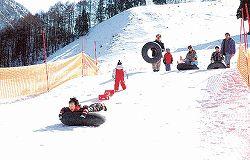 ゲレンデで歓声を上げる親子連れ=昨年2月、黒部市の宇奈月温泉スキー場
