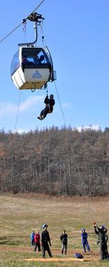 スキー場のゴンドラの乗客を救助する訓練