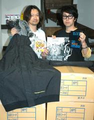 東日本大震災の被災者へスノーボードのウエアを贈った岡崎代表とイベントをPRする阿部代表(左から)
