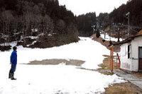 雪不足のため、シーズン途中で一時休止した京都広河原スキー場(京都市左京区)