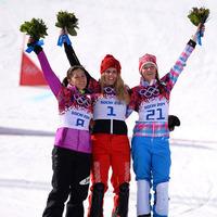 スノーボード女子パラレル大回転で銀メダルを獲得した竹内智香がフラワーセレモニーに臨んだ。写真は左から竹内智香、パトリシア・クマー(スイス)、アレーナ・ザヴァルジナ(ロシア)