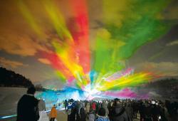夜空に浮かび上がる色鮮やかな人工「オーロラ」=富士見町で