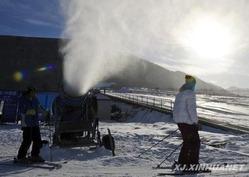 人工降雪機がフル稼働中—シーズン間近、中国ウルムチのスキー場