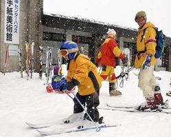 センターハウス前でスキーの練習をする子ども(23日午前、栄村北信のさかえ倶楽部スキー場で)