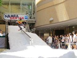 8月に大阪で行われた「なんばスノージャム」の様子。同様のデモンストレーションが勾当台公園市民広場で行われる