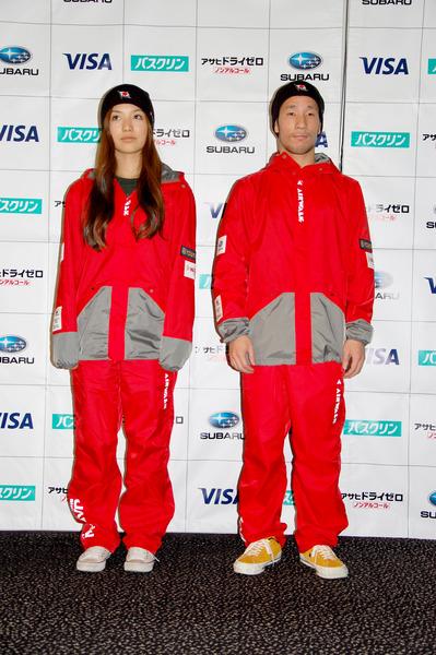 ウインドブレーカーを着て登場した青野令と豊田亜紗
