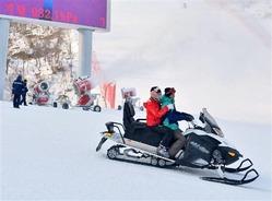 北朝鮮東部江原道の馬息嶺スキー場で使われているスノーモービルや人工降雪機=2013年12月31日(共同)