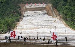 北朝鮮東部の江原道にある馬息嶺スキー場の建設現場(共同)