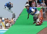 よみうりランドは、スキー/スノーボードで人工スノーマット上を滑った勢いでプールに向かってジャンプできるウォータージャンプ施設「ウインチ☆ジャンプ」を、「よみうりランド」(東京都稲城市)に9月27日—11月30日の期間限定でオープンする。<br>