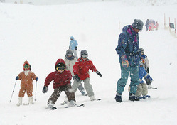 初滑りを楽しむ子供たち=愛知県豊根村の茶臼山高原スキー場で2009年12月19日、加藤新市撮影