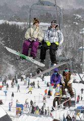 連休初日、多くの人たちでにぎわうスキー場=岐阜県郡上市高鷲町のダイナランドで2010年1月9日、大竹禎之撮影
