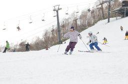 かぐらスキー場での初滑りを楽しむ来場者=23日、湯沢町