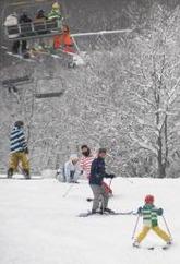 親子連れを呼び込む努力が続く県内のスキー場。利用客数は4年ぶりに増えた=3月、湯沢町