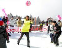 雪上バレーボールをする浅尾美和さんら=長野市戸隠