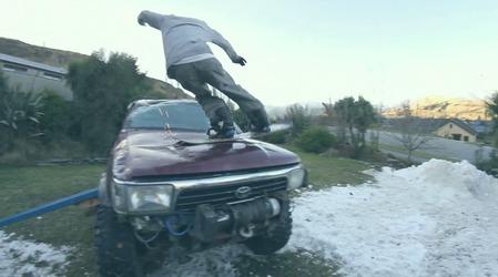 ハイラックスサーフでスノーボードトリックを決める画像