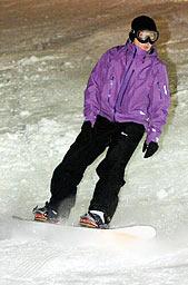 初滑りを楽しむスノーボーダー