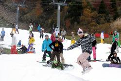 オープンしボードやスキーを楽しむ人たちでにぎわうウイングヒルズ白鳥リゾート=岐阜県郡上市で2009年10月24日午前10時6分、竹内幹撮影